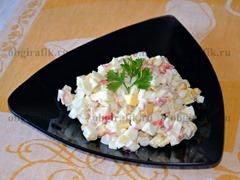 6. Салат из крабовых палочек с яблоком является отличным блюдом для повседневного стола, а также может украсить любое торжество.