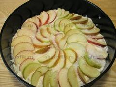 5. Сверху веером укладывают яблочные дольки. Слегка присыпают сахаром и отправляют выпекаться при температуре 180 градусов на 25-30 минут в духовку.