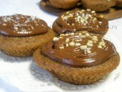 7. Готовые капкейки покрывают шоколадным кремом и посыпают, например, молотыми орехами, кокосовой стружкой.
