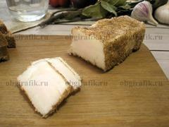 6. Готовое соленое сало при подаче нарезают тонкими ломтиками. Хранят в холодильнике.