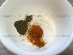 1. Соль и перцы перемешивают.
