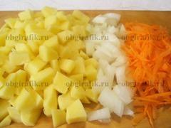 3. Тем временем очищают, нарезают овощи.