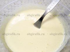 2. Желтки растирают с оставшимся сахаром в отдельной емкости.