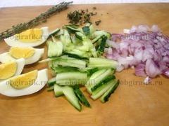 3. Огурцы нарезать тонкой соломкой, лук – мелкими кубиками, отваренные вкрутую яйца – дольками, листики тимьяна оторвать от веточек.