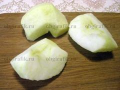 2. Яблоки очищают от кожуры и сердцевины.