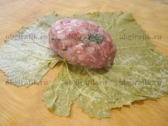 2. Предварительно выдержанные 5-7 минут в кипятке, виноградные листья разглаживают. С краю выкладывают начинку.
