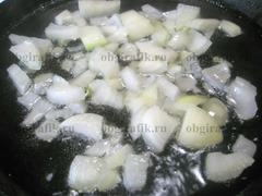 4. На растительном масле сначала обжаривают лук.