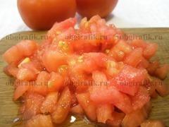 3. Сняв кожицу, томаты нарезают на маленькие кубики.
