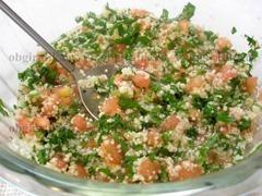 4. В одной емкости соединяют размягченный кус-кус, петрушку, помидоры, солят, перчат, заправляют маслом и лимонным соком.