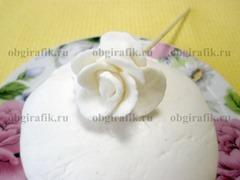 6. Раскатав мастику из маршмеллоу в пласт, вырезают заготовки, делают, например, цветочные бутоны.