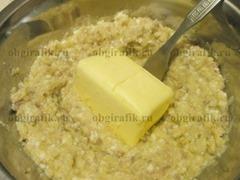 5. К полученному фаршу добавляют размягченное сливочное масло – растирают до однородности.
