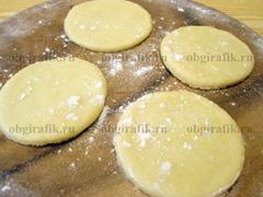 6. Тесто раскатывают в пласт толщиной 5 мм, вырезают круги диаметром 7-8 см.