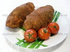 8. Готовую киевскую котлету подают со свежими овощами и/или гарниром, например, картофельным пюре.