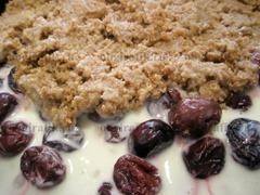 10. Поверх ягод распределяют разломанный и пропитанный кремом корж. Выпечку на 1-1,5 часа ставят в холодильник.