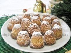 10. Расположив в вертикальном положении, «заснеженные» кокосовые пирамидки подают к новогоднему фуршету.