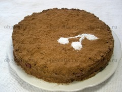 11. Готовый торт черный принц густо присыпают какао-порошком и декорируют сахарной пудрой, например, нанося тематический трафаретный рисунок.