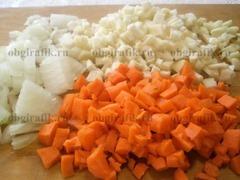 2. Морковь, мук, корень сельдерея и чеснок нарезают мелкими кубиками.