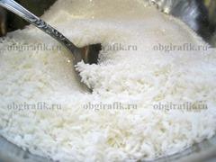 2. Сахар смешивают с кокосовой стружкой.