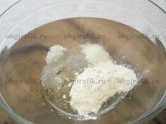 1. Сахар, щепотку соли, растительное масло и половину стакана муки перемешать.