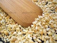 3. Измельченные орехи подсушить на сковороде 1-2 минуты, чтобы раскрыть аромат.