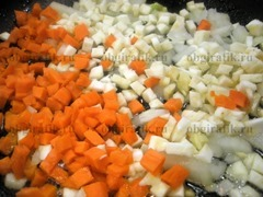4. На растительном масле до размягчения обжаривают овощную нарезку.