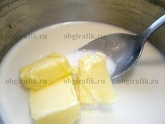 4. Отдельно на огне растапливают сливочное масло в молоке, бросают соль.