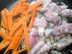 3. Нарезанные соломкой морковь и небольшими кубиками репчатый лук обжарить на растительном масле 3-4 минуты.