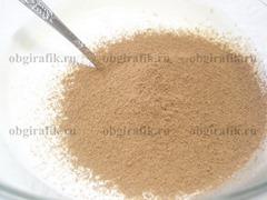 5. Всыпать просеянный через сито какао-порошок.