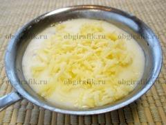 6. Посыпают сырной стружкой и ставят в раскаленную духовку на 20-25 минут.