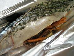 5. Выложить на спинку рыбы веточки тимьяна, завернуть в фольгу и отправить в духовой шкаф на 35-40 минут. Запекать на среднем уровне при температуре 180 градусов.