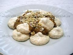 6. Остуженные безе выкладывают в форме пирамиды, промазывая каждый «этаж» кремом и посыпая ореховой крошкой.
