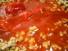 7. Добавляют помидоры в собственном соку, перемешивают и тушат, не накрывая крышкой, около часа.