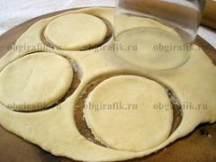 6. Тесто раскатать толщиной 5 мм, вырезать круги диаметром 8-9 см.