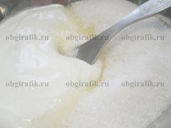 7. Для крема взбивают оставшиеся сметану и сахар.