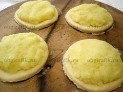 7. Аккуратно распределить на тесте картофельную начинку.