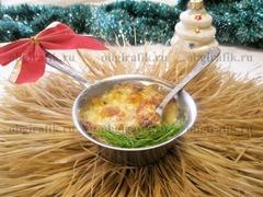 7. Готовый грибной жульен украшают свежей зеленью и подают к новогоднему столу сразу же – в горячем виде.