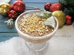 9. Готовый шоколадно-ореховый десерт украсить листьями свежей мяты и, подчеркивая новогодне-зимнюю тематику, слегка «заснежить» сахарной пудрой.
