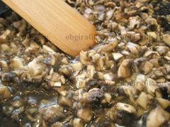 9. Шампиньоны обжаривают на растительном масле до испарения жидкости, солят.