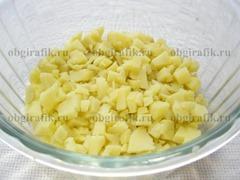 2. Кубиками нарезают отваренный в «мундире» и очищенный картофель.