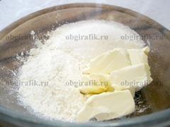 3. Для штрейзеля смешивают сливочное масло, 30 г муки и 30 г сахара.