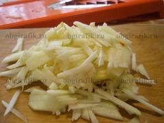 3. Также, срезав кожуру, шинкуют яблоки.