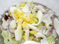 3. Затем кладут яйца, сварив их вкрутую и нарезав дольками.