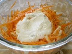 6. Чесночно-майонезным соусом заправляют фрукты и овощи – перемешивают до равномерного распределения всех компонентов.