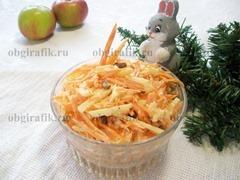 7. Выкладывают салат Остренький с морковью и яблоками в салатник и подают к новогоднему столу.