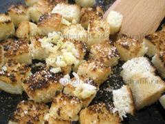 7. Мякиш хлеба нарезают одинаковыми кубиками и подсушивают с добавлением раздавленного чеснока, соли и перца на сковороде 1-2 минуты.
