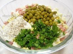 8. Закладывают горошек, изрубленную зелень, майонез, соль и перец по вкусу.
