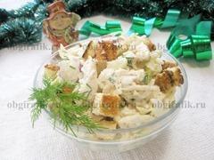 9. Переложив салат Курица с сухариками в презентационную емкость и украсив зеленью, подают к новогоднему столу.
