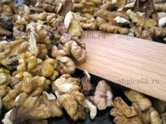 2. Орехи, чтобы раскрыть аромат, подсушивают 1-2 минуты на сковороде.
