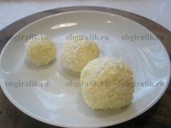 4. Скатав в шарики трех размеров, заготовки панируют в кокосовой стружке.