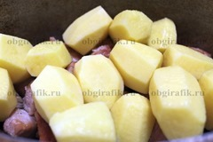 6. Мясо накрывают очищенным картофелем. Клубни среднего размера оставляют целыми.